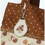Taschenanhänger mit braunem Pilz